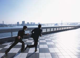 走る2人の日本人ビジネスマンの写真素材 [FYI03209600]