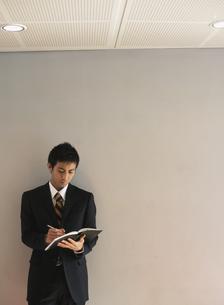 ノートに書き留める日本人ビジネスマンの写真素材 [FYI03209603]