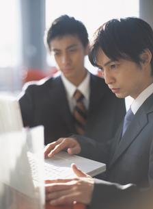 パソコンに向かう2人の日本人ビジネスマンの写真素材 [FYI03209623]