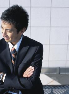 腕組みをする日本人ビジネスマンの写真素材 [FYI03209631]