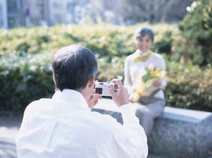 デジカメを撮るシニア夫婦の写真素材 [FYI03209633]