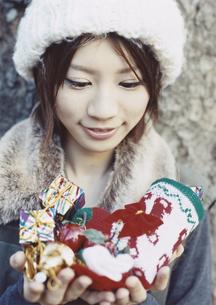 クリスマス飾りを持つ女の子の写真素材 [FYI03209650]