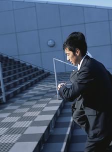 腕時計を見る日本人ビジネスマンの写真素材 [FYI03209655]