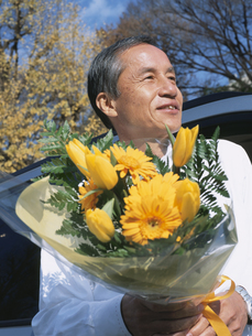 花束を持つシニア男性の写真素材 [FYI03209670]
