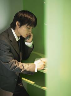 携帯電話をかける日本人ビジネスマンの写真素材 [FYI03209685]