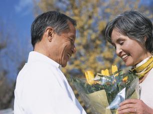 花束を持つシニア夫婦の写真素材 [FYI03209686]