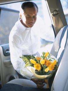 花束を持つシニア男性の写真素材 [FYI03209705]