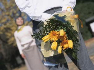 花束を持つシニア夫婦の写真素材 [FYI03209720]