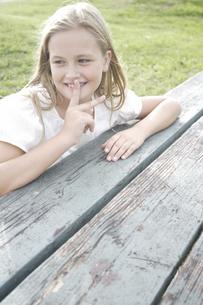 ベンチに座るドレス姿の女の子の写真素材 [FYI03209741]