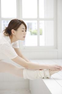 レオタード姿でストレッチをする20代女性の写真素材 [FYI03209804]