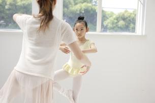 バレエを踊る女性2人の写真素材 [FYI03209811]