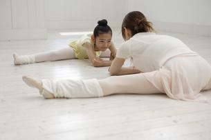 レオタード姿でストレッチをする20代女性と女の子の写真素材 [FYI03209832]