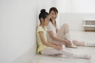 レオタード姿の20代女性と女の子の写真素材 [FYI03209835]