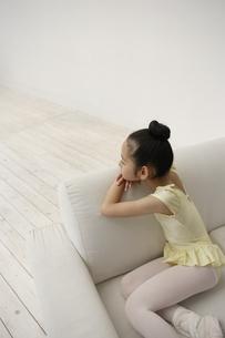 レオタード姿でソファに座っている女の子の写真素材 [FYI03209886]