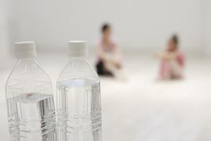 レオタード姿の女性2人と水の入ったペットボトルの写真素材 [FYI03209889]