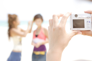 デジカメで撮影している手元の写真素材 [FYI03209908]