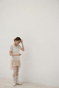 レオタード姿で音楽を聴く20代女性の写真素材 [FYI03209917]