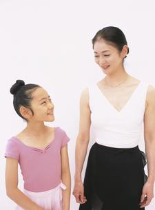 レオタード姿の40代女性と女の子の写真素材 [FYI03209926]