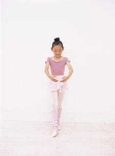レオタード姿でポーズをとる10代女の子の写真素材 [FYI03209927]
