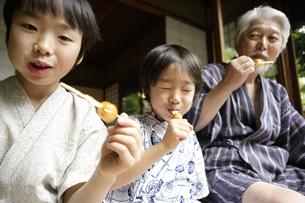 お団子を食べるおじいちゃんと孫の写真素材 [FYI03209942]