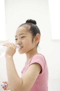 レオタード姿で水を飲む10代の女の子の写真素材 [FYI03209976]