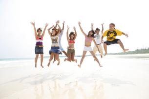 浜辺でジャンプする若者7人の写真素材 [FYI03209987]