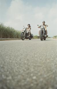 バイクに乗っている男女2人の写真素材 [FYI03210034]