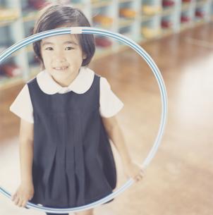 フラフープをもっている女の子の写真素材 [FYI03210045]