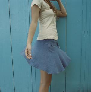 風になびくスカートの写真素材 [FYI03210072]