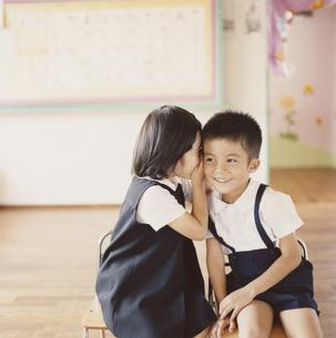 教室でイスに座っている園児2人の写真素材 [FYI03210094]
