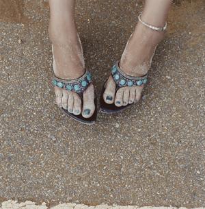 サンダルをはいている女性の足の写真素材 [FYI03210097]