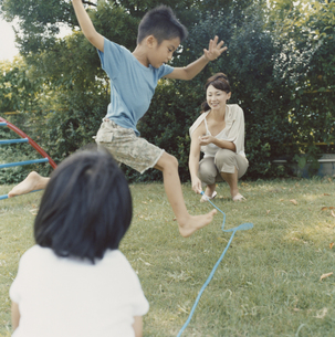 なわとびで遊ぶ親子の写真素材 [FYI03210113]