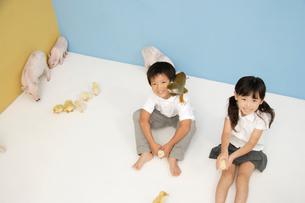 動物と遊ぶ男の子と女の子の写真素材 [FYI03210253]