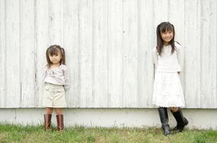 壁際に立つ女の子2人の写真素材 [FYI03210312]