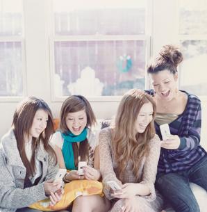 携帯を持っている女性4人の写真素材 [FYI03210320]