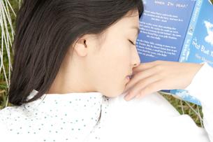 ハンモックで眠る日本人10代の女の子の写真素材 [FYI03210374]
