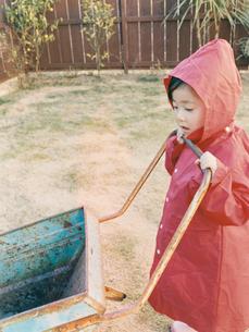 赤いレインコートを着た女の子の写真素材 [FYI03210397]