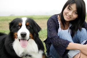 犬と日本人10代の女の子の写真素材 [FYI03210422]