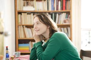 ピアスをつけている女性の写真素材 [FYI03210453]
