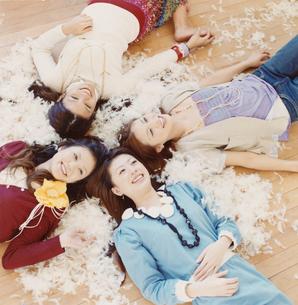 羽毛の中の20代女性4人の写真素材 [FYI03210522]