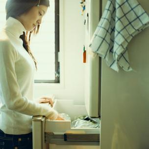 冷蔵庫を開ける女性の写真素材 [FYI03211200]