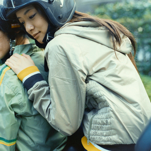 バイクに乗るカップルの写真素材 [FYI03211213]