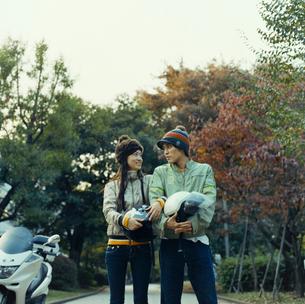 バイクとカップルの写真素材 [FYI03211256]