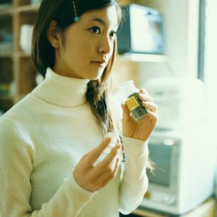 スパイスの瓶を持つ女性の写真素材 [FYI03211292]