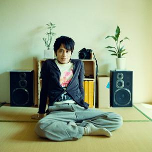 畳の部屋に座る男性の写真素材 [FYI03211293]