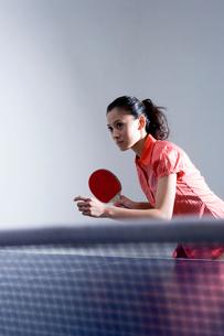 卓球をする女性の写真素材 [FYI03211896]