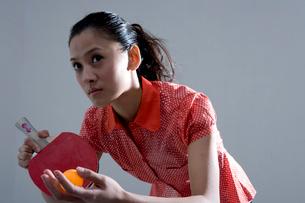 卓球をする女性の写真素材 [FYI03211928]