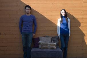 壁際に立つ男女の写真素材 [FYI03211935]