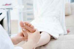 マッサージをされている女性の足の写真素材 [FYI03211939]