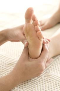 ツボマッサージを受ける女性の足の写真素材 [FYI03212639]